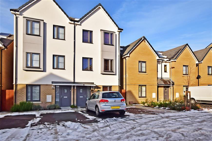4 Bedrooms Town House for sale in Resevoir Way, Hainault, Ilford, Essex