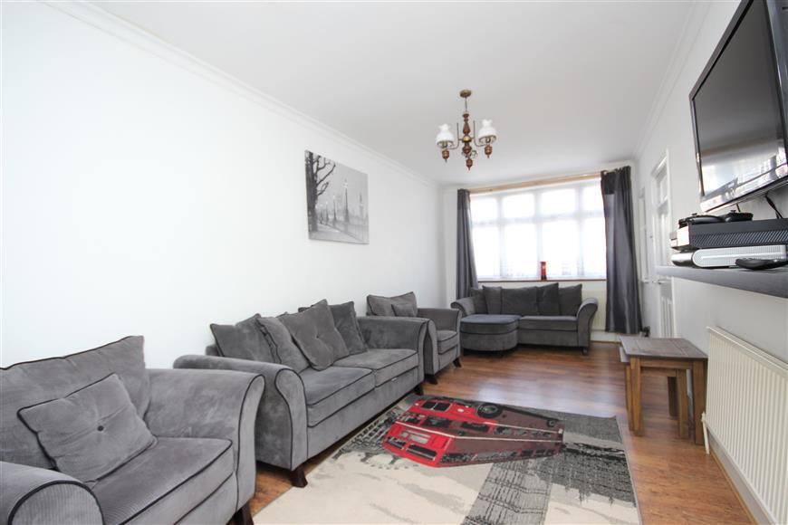 7 Bedrooms Semi Detached House for sale in Campbell Avenue, Ilford, Essex