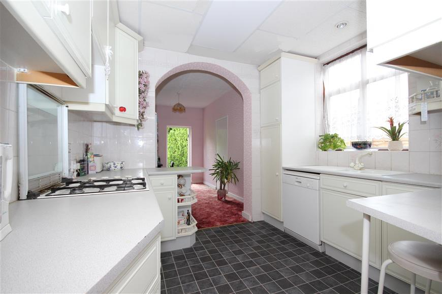 4 Bedrooms Semi Detached House for sale in Lakeside Avenue, Ilford, Essex