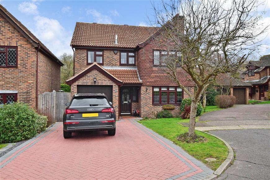 4 Bedrooms Detached House for sale in Boleyn Close, Billericay, Essex