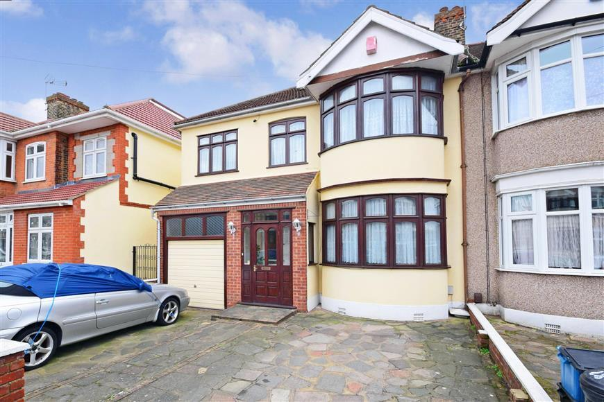 4 Bedrooms End Of Terrace House for sale in Norbury Gardens, Romford, Essex