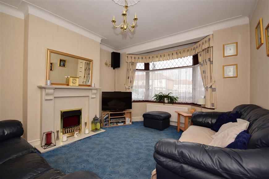 4 Bedrooms Terraced House for sale in Burlington Gardens, Romford, Essex