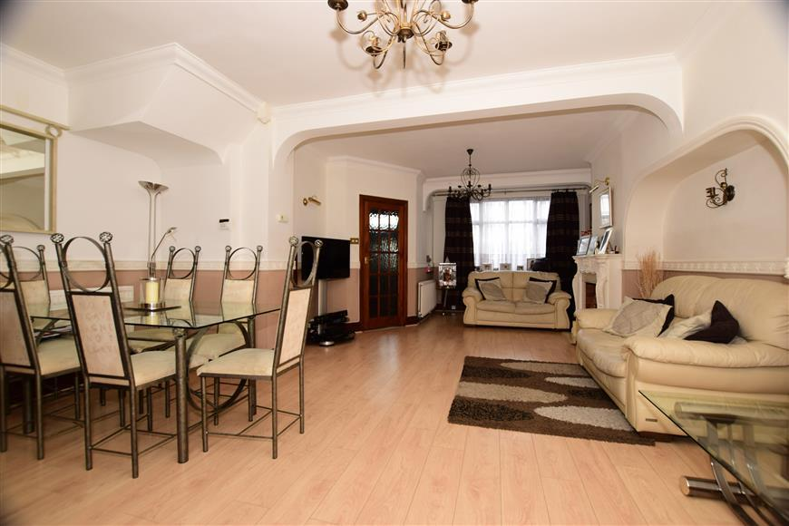 4 Bedrooms End Of Terrace House for sale in Eccleston Crecent, Romford, Essex