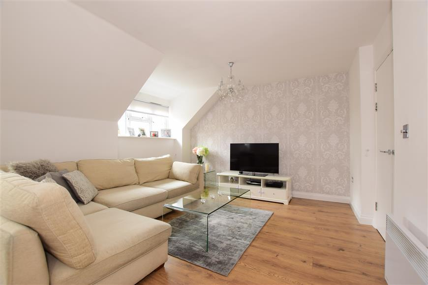 1 Bedroom Flat for sale in Retreat Way, Chigwell, Essex