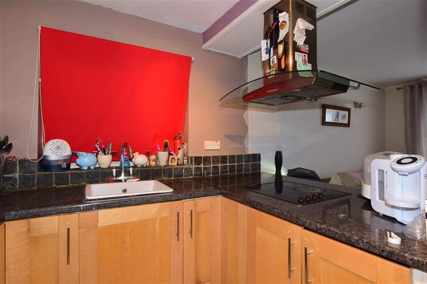 2 Bedrooms Ground Maisonette Flat for sale in Ongar Road, Abridge, Romford, Essex