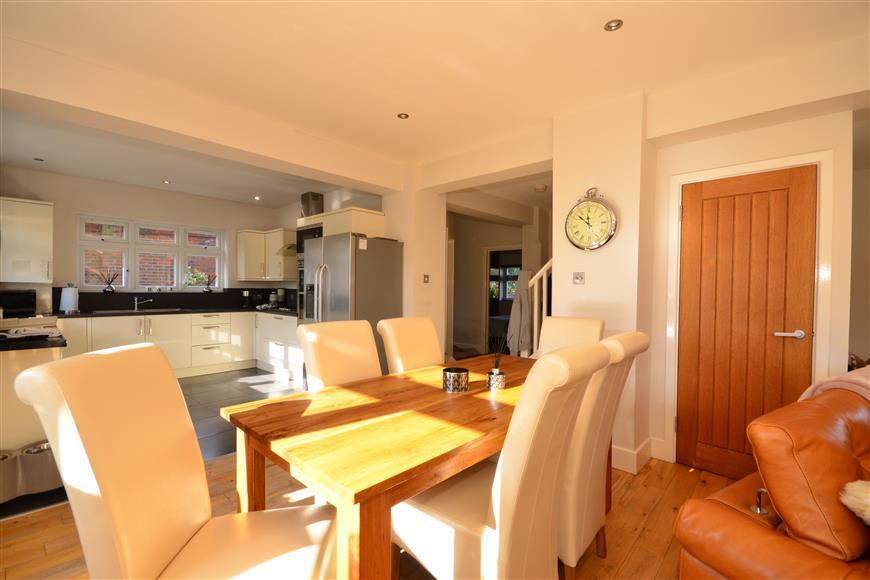 3 Bedrooms Bungalow for sale in Havering Road, Romford, Essex