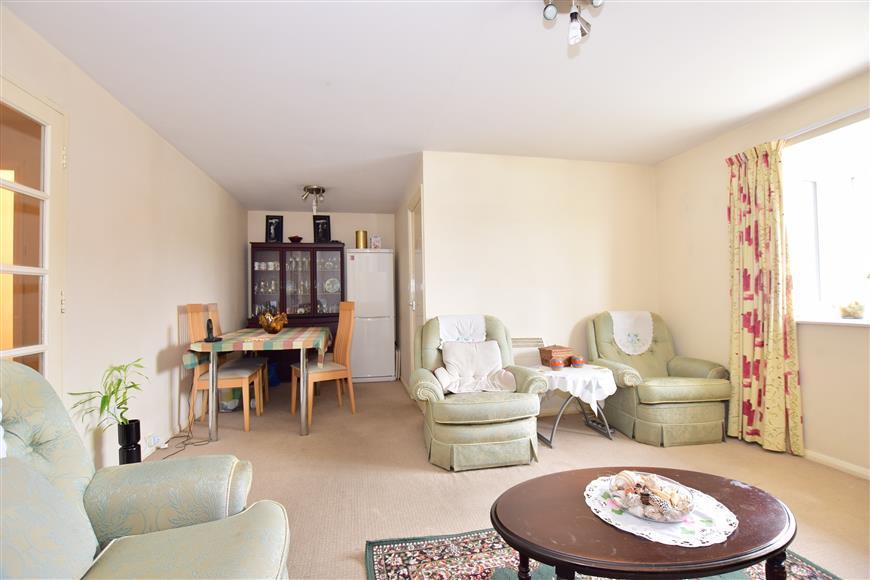 2 Bedrooms Flat for sale in Elmdon Road, South Ockendon, Essex