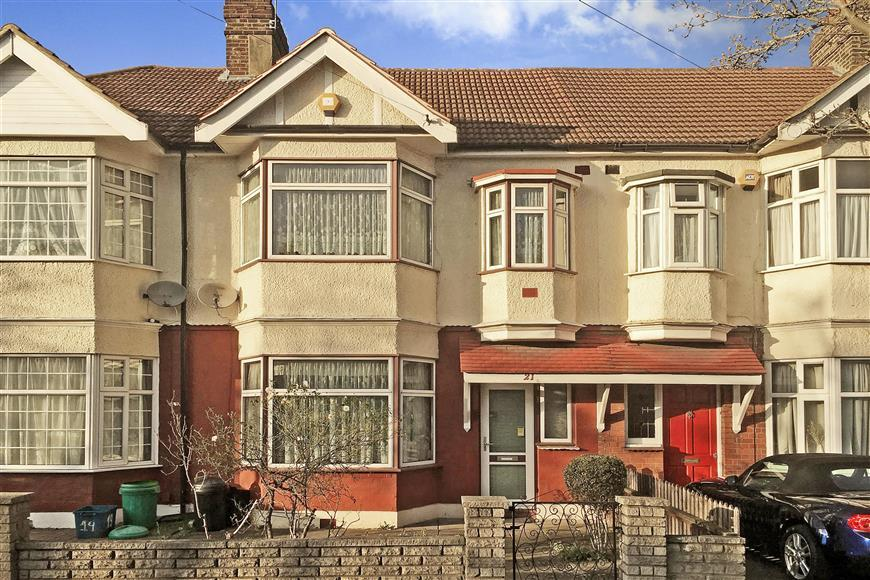 3 Bedrooms Terraced House for sale in Lyndhurst Gardens, Ilford, Essex
