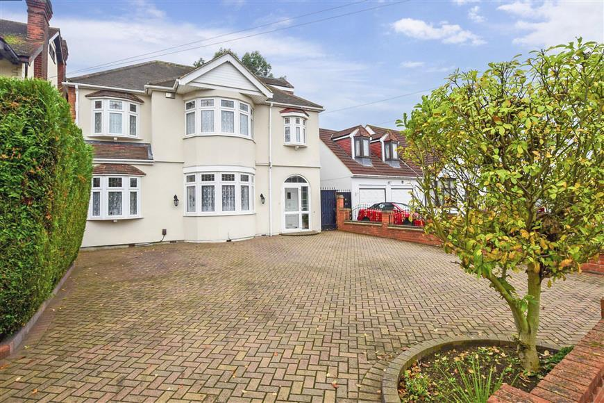 5 Bedrooms Detached House for sale in Parkway, Ilford, Essex