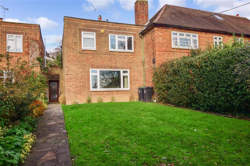 3 Bedrooms Terraced House for sale in Staples Road, Loughton, Essex