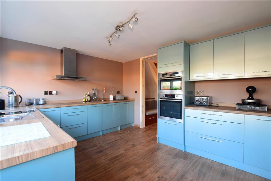 4 Bedrooms Town House for sale in Langley Meadow, Loughton, Essex