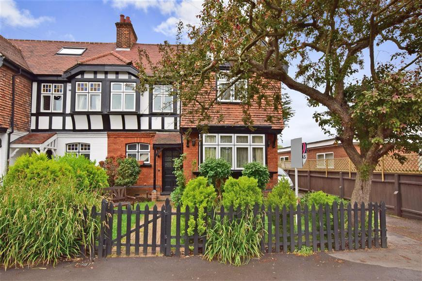 4 Bedrooms Semi Detached House for sale in The Drive, Loughton, Essex