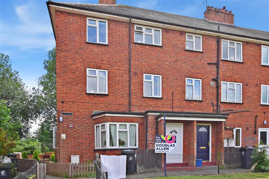 3 Bedrooms Maisonette Flat for sale in Hillyfields, Loughton, Essex