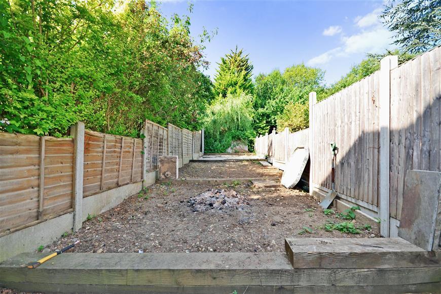 3 Bedrooms Maisonette Flat for sale in Danbury Road, Loughton, Essex