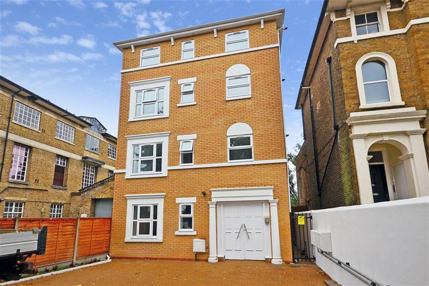 2 Bedrooms Flat for sale in New Wanstead, Wanstead