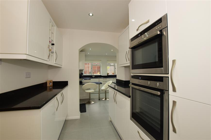3 Bedrooms Link Detached House for sale in The Orchard, Wickford, Essex
