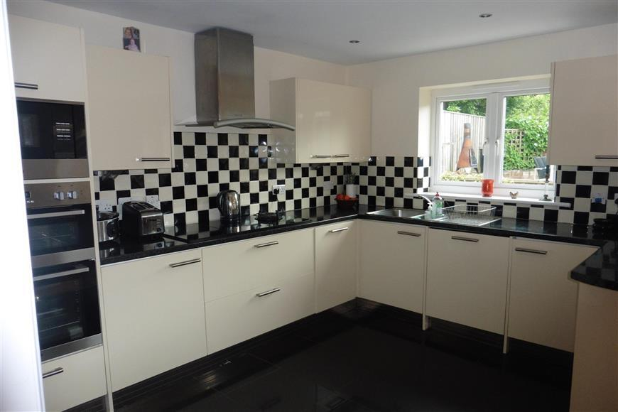 3 Bedrooms Detached House for sale in Church Hill, Totland, Isle of Wight