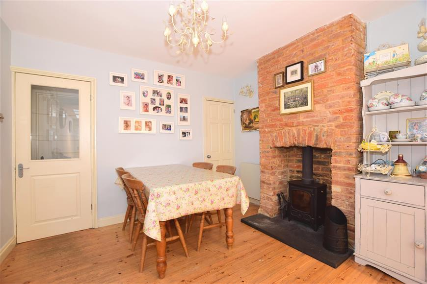 3 Bedrooms Semi Detached House for sale in Gunville Road, Newport, Isle of Wight