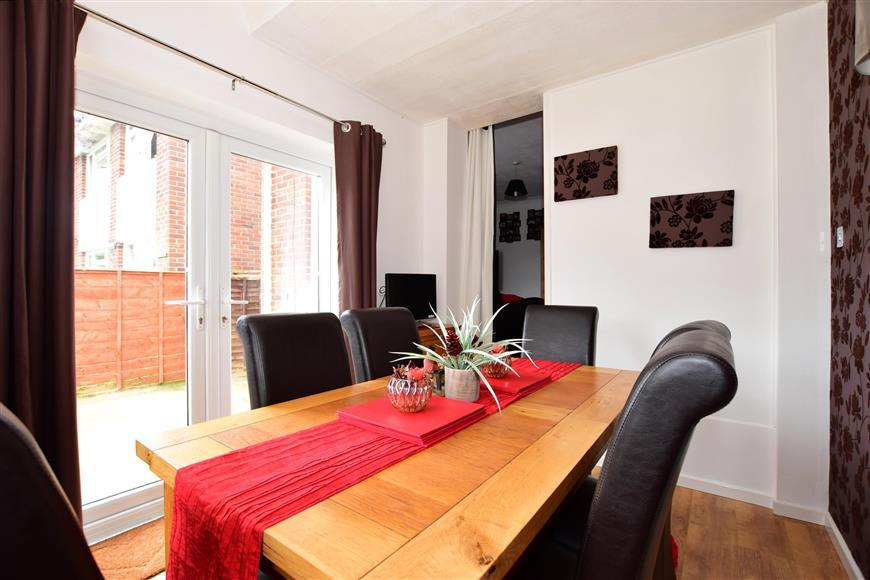 3 Bedrooms Semi Detached House for sale in Gordon Road, Newport, Isle of Wight