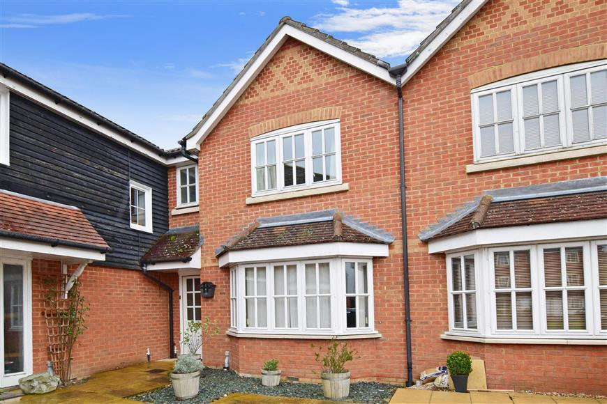 3 Bedrooms Terraced House for sale in White Willow Close, Ashford, Kent