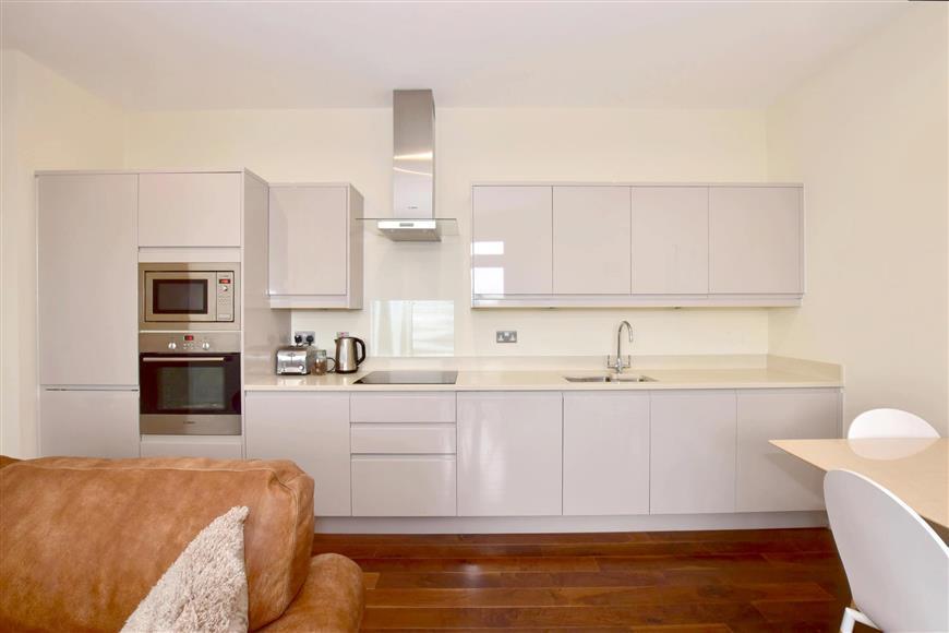 2 Bedrooms Flat for sale in Park Street, Ashford, Kent