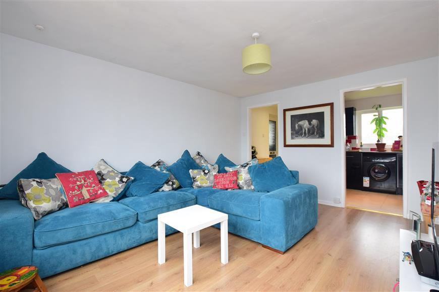 2 Bedrooms Flat for sale in Pomfret Road, Chartham, Canterbury, Kent