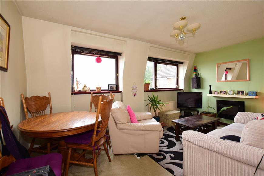 2 Bedrooms Flat for sale in Old Road, Chatham, Kent