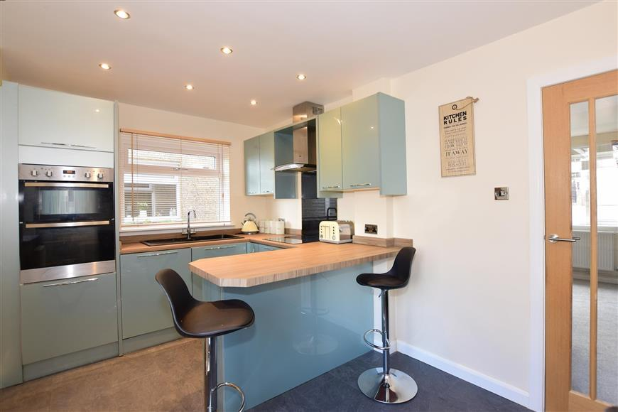2 Bedrooms Semi Detached House for sale in Crestway, Chatham, Kent