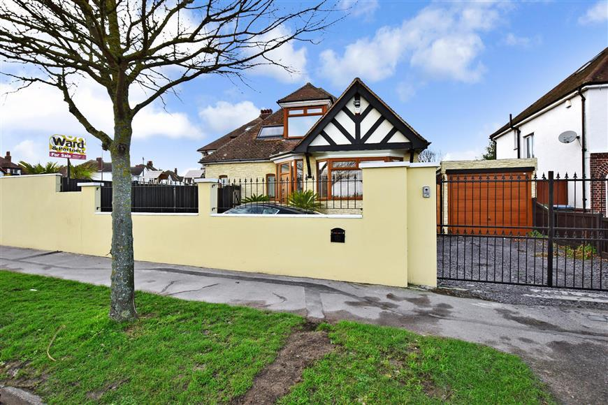 4 Bedrooms Detached Bungalow for sale in Northumberland Avenue, Cliftonville, Margate, Kent