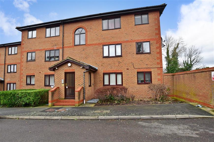 1 Bedroom Apartment Flat for sale in Winston Close, Greenhithe, Kent