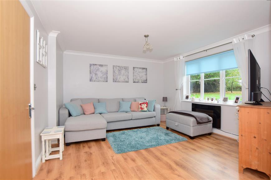2 Bedrooms Apartment Flat for sale in Whyte Close, Whitfield, Dover, Kent