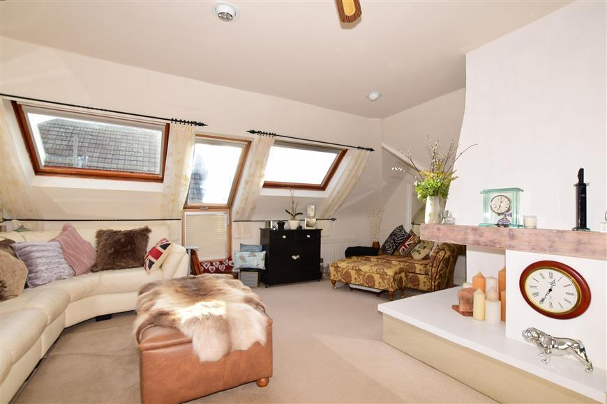 3 Bedrooms Ground Maisonette Flat for sale in Turketel Road, Folkestone, Kent