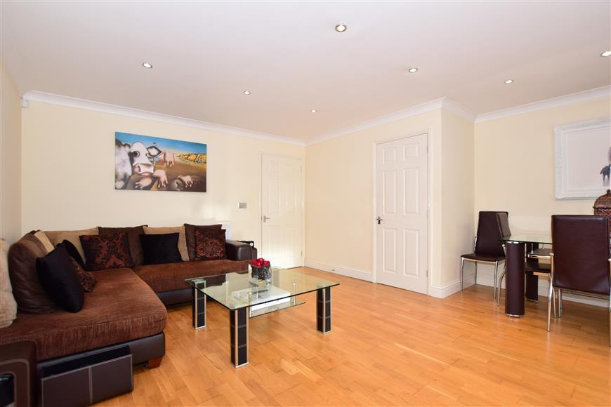 3 Bedrooms End Of Terrace House for sale in Cobham Rise, Gillingham, Kent