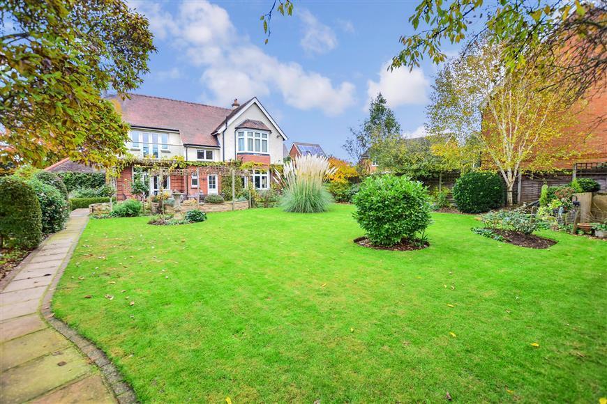 4 Bedrooms Detached House for sale in Grange Road, Gillingham, Kent