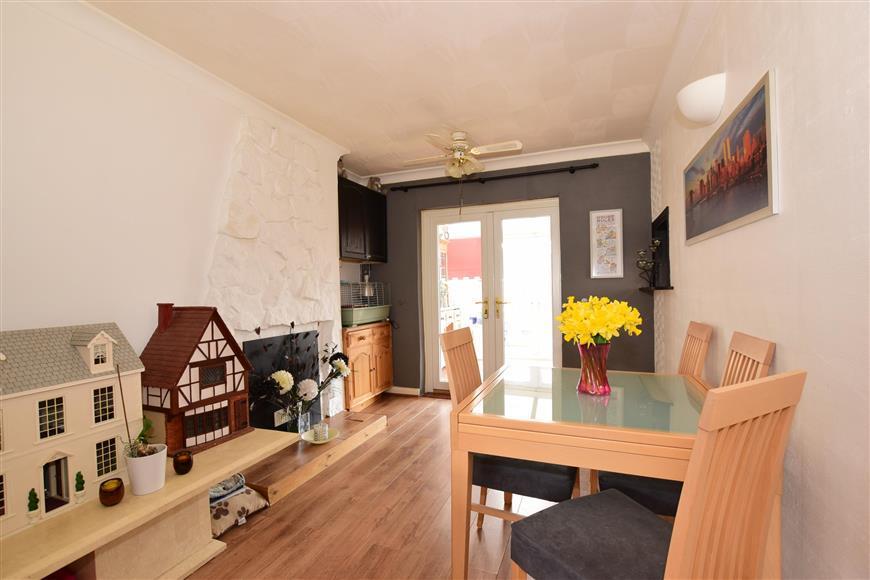 3 Bedrooms Semi Detached House for sale in Gwynn Road, Northfleet, Gravesend, Kent