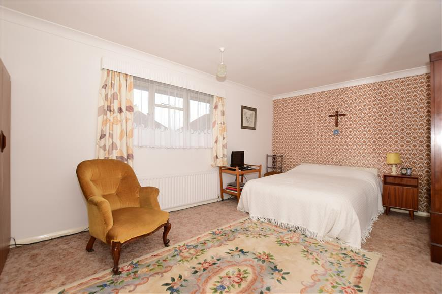 3 Bedrooms Semi Detached House for sale in Kings Drive, Gravesend, Kent