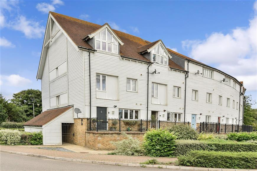 4 Bedrooms Town House for sale in Medway Court, Aylesford, Kent