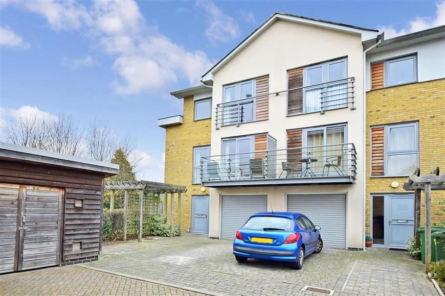 4 Bedrooms Terraced House for sale in Arundel Square, Maidstone, Kent