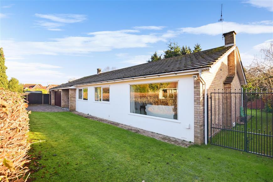 3 Bedrooms Bungalow for sale in Poplars Close, New Barn, Kent