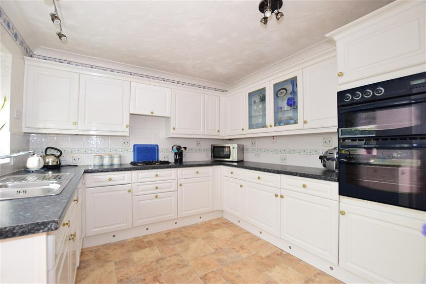 3 Bedrooms Bungalow for sale in Lesley Close, Gravesend, Kent