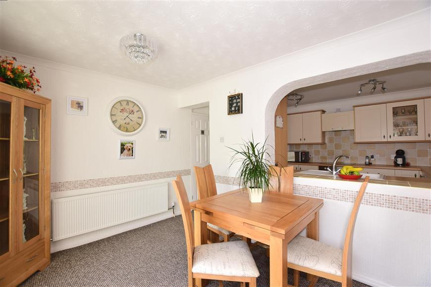 4 Bedrooms Semi Detached House for sale in Lyndhurst Way, Istead Rise, Kent