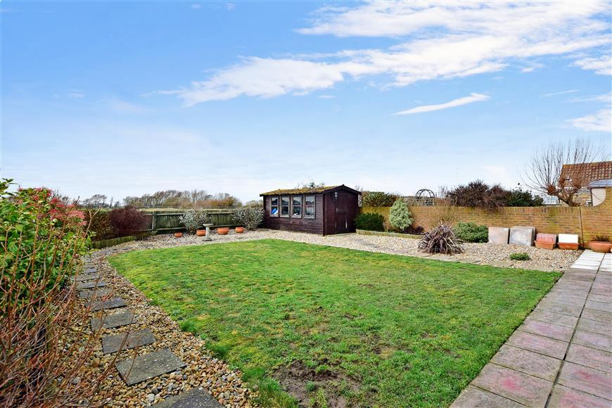 3 Bedrooms Bungalow for sale in Roberts Road, Greatstone, New Romney, Kent