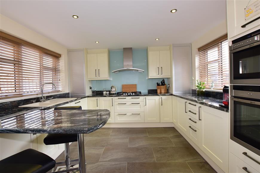 4 Bedrooms Semi Detached House for sale in Kenilworth Drive, Rainham, Gillingham, Kent