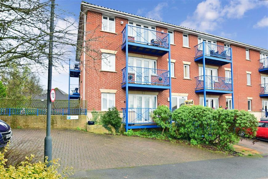 2 Bedrooms Flat for sale in Florin Drive, Rochester, Kent