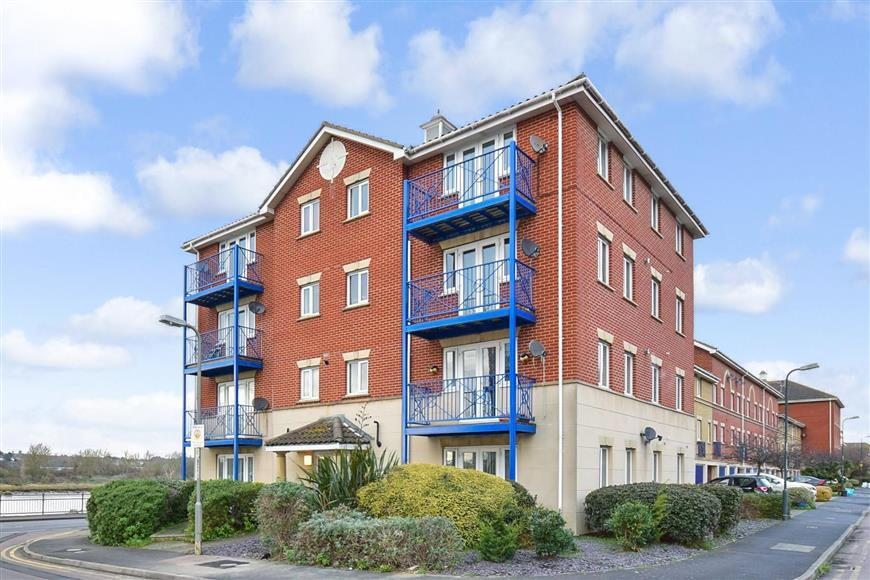 2 Bedrooms Ground Flat for sale in The Esplanade, Rochester, Kent