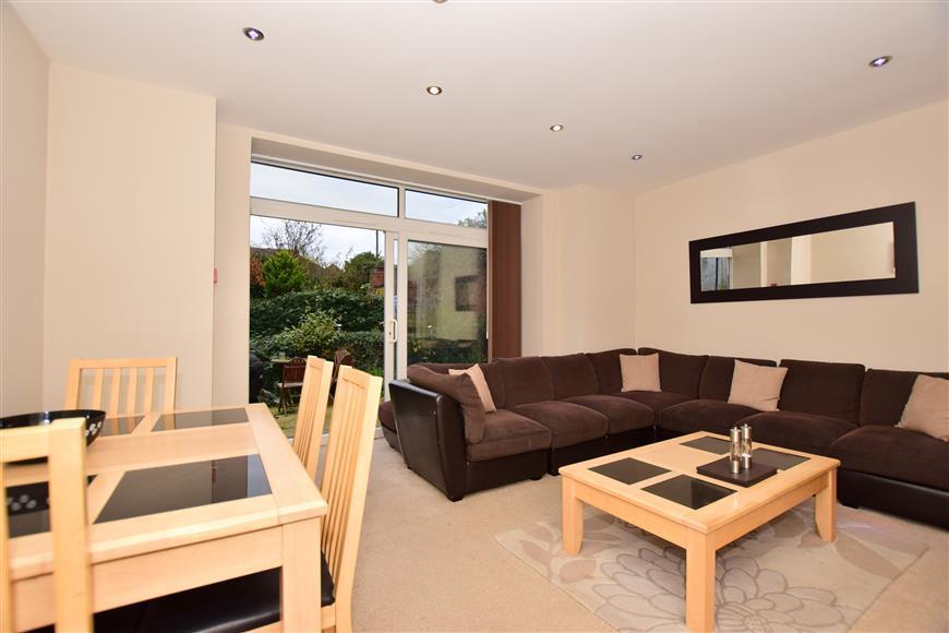 2 Bedrooms Ground Flat for sale in High Street, Newington, Sittingbourne, Kent