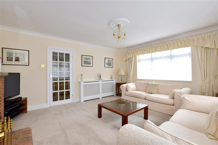 2 Bedrooms Bungalow for sale in Station Road, Staplehurst, Kent