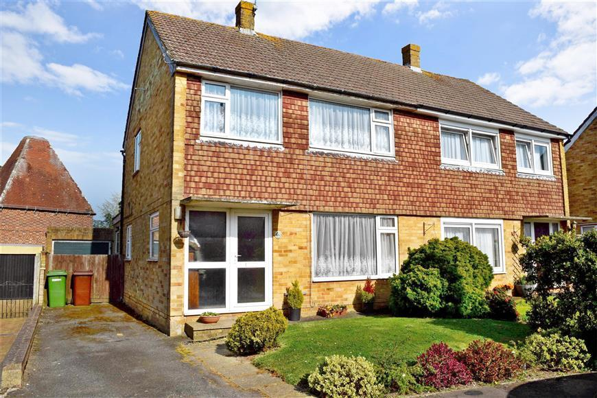 3 Bedrooms Semi Detached House for sale in Pound Field, Sandhurst, Kent