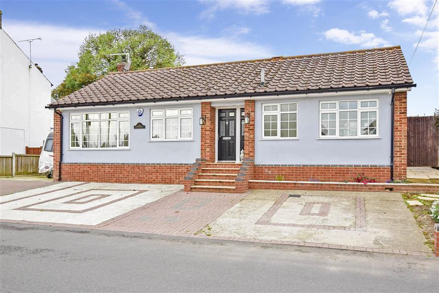 3 Bedrooms Bungalow for sale in Stoke Road, Hoo, Rochester, Kent