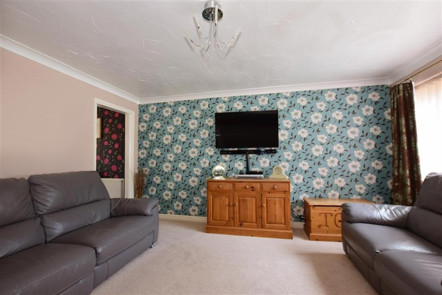 3 Bedrooms Semi Detached House for sale in Brewer Road, Cliffe Woods, Rochester, Kent